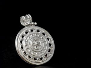 Ciondolo etrusco circolare e traforato