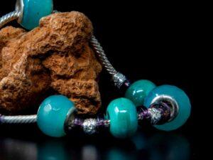 Bracciale fantasia in argento e pietre di colore.