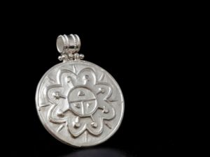 ciondolo cesellato simbolo azteco di energia