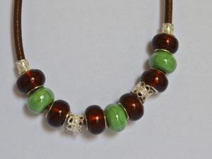 Collana in argento, cuoio e balls verde e maroni