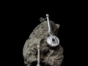 Orecchino pendente con bottone lavorato