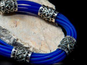Bracciale multifilo caucciù blu e inserti in argento