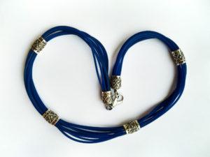 Collana multifilo caucciù blu e inserti in argento