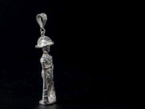 Ciondolo in argento, rappresenta un guerriero Italico