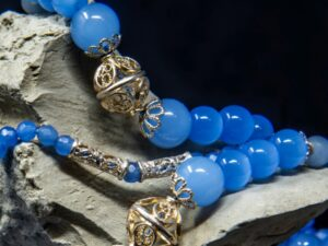 collana lunga azzurra e chicchi in filigrana