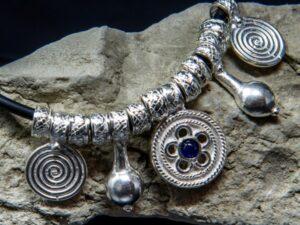 Collana in stile etrusco con caucciù e pendenti in argento